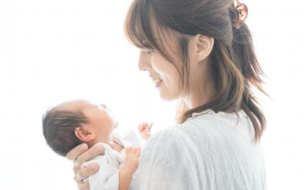 本当に効果のある妊活のジンクスを紹介、女性が嬉しそうに赤ちゃんを抱いている